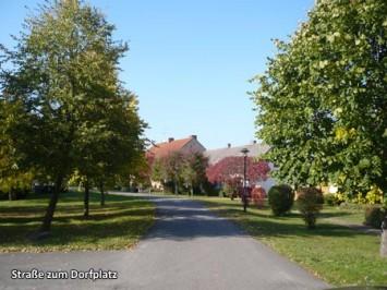 Strasse-zum-Dorfplatz
