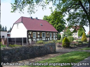 Fachwerhaus-mit-liebevoll-angelegtem-Vorgarten
